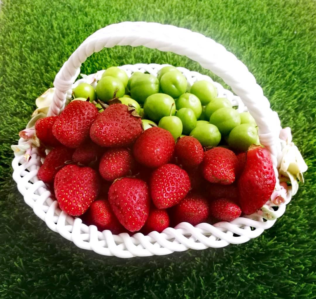 سبد میوه گوجه سبز و توت فرنگی